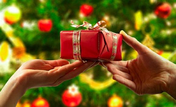 елха, подарък, ръце